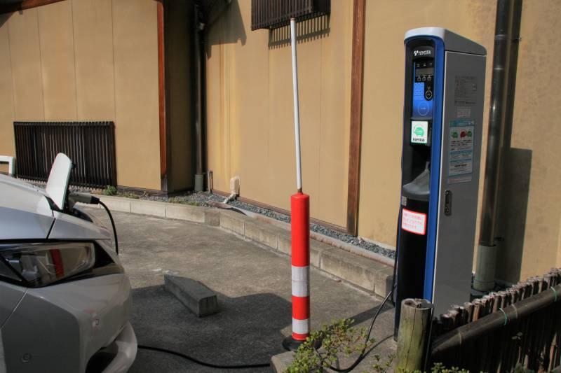 電気自動車充電中